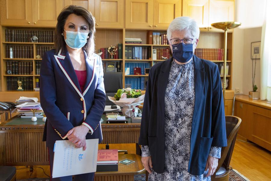 Η πρόεδρος της Επιτροπής «Ελλάδα 2021», Γιάννα Αγγελοπούλου-Δασκαλάκη (Α), συναντάται με την πρόεδρο του Συμβουλίου της Επικρατείας, Μαίρη Σαρπ
