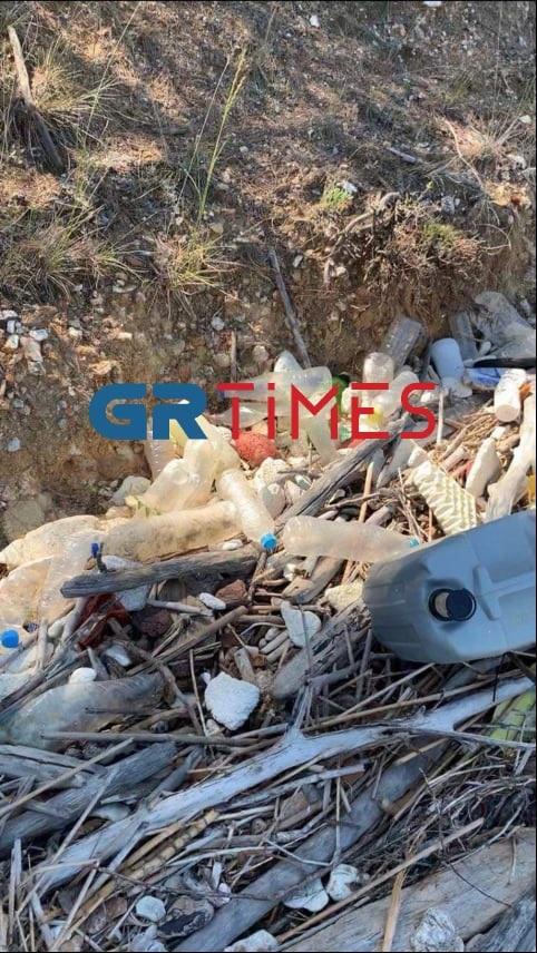 Σουηδός Τουρίστας μάζεψε δεκάδες σακούλες σκουπίδια από τη Χαλκιδική – «Γιατί το έκανα»