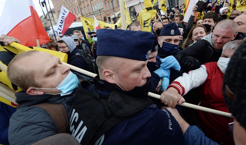 Πολωνία: Δακρυγόνα και συγκρούσεις σε διαδήλωση για τη λήξη του lockdown