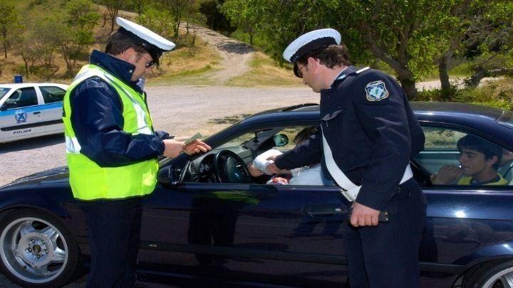 Νόμιμες οι κλήσεις στα παρμπρίζ- Προσφυγή οδηγού που «έφαγε» 88 για παράνομη στάθμευση