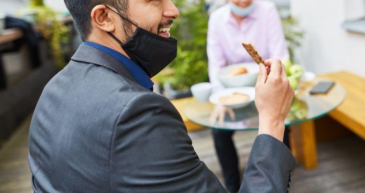Μόσιαλος: Γιατί δεν πρέπει να κατεβάζουμε τη μάσκα στο πηγούνι μας (pic)
