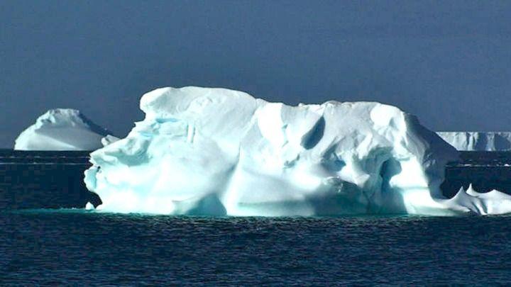 Ένα τεράστιο παγόβουνο, στο μέγεθος του  Παρισιού, αποσπάστηκε από την Ανταρκτική