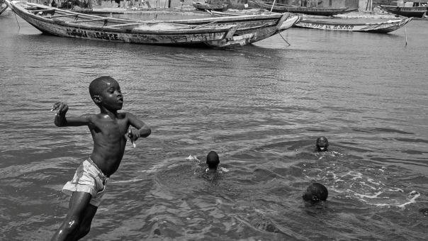 Σενεγάλη: Η εισβολή του Ατλαντικού και τα χαμογελαστά παιδιά που μας διδάσκουν (φώτο)