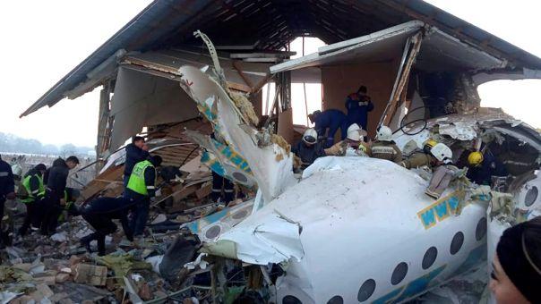 Στα δυο κόπηκε το αεροσκάφος στο Καζακστάν - Τι έσωσε τους 60 επιβάτες (pics, vid)
