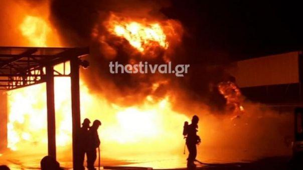 Θεσσαλονίκη: Φωτιά σε εργοστάσιο στη Σίνδο (video)