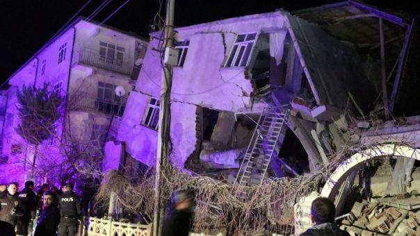 Σεισμός στην Τουρκία: «Θρήνος κι αγωνία» ο ΣΚΑΪ στο σημείο της τραγωδίας (vid)