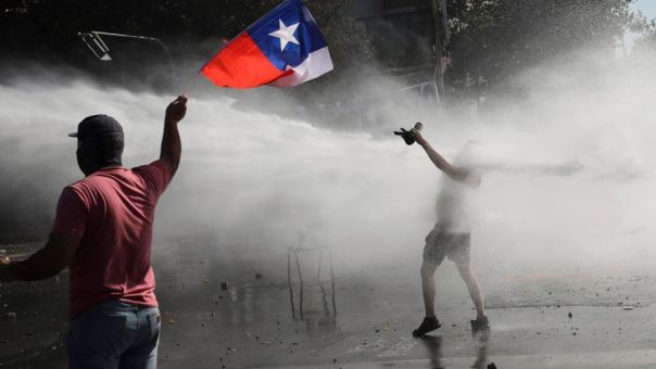 Χιλή: Βίαιες συγκρούσεις διαδηλωτών-αστυνομίας σε μεγάλο φεστιβάλ τραγουδιού