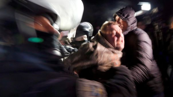 Ουκρανία: Πέταξαν πέτρες σε λεωφορεία με άτομα που επέστρεψαν από την Κίνα (vid, pics)