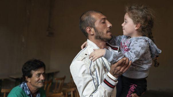 Βίντεο - Συρία: Πατέρας μαθαίνει στην κόρη του να γελά με τις βόμβες που πέφτουν