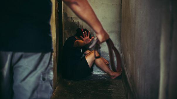 Οι μαρτυρίες των ιερόδουλων για τους «δράκους» που τις λήστεψαν, βίασαν και χτύπησαν