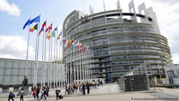 Αντιμέτωπη με την ύφεση, η Ευρωζώνη εκλέγει τον επικεφαλής της
