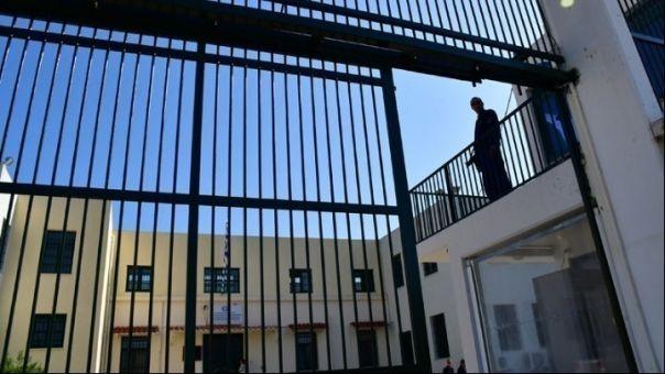 Αυτοσχέδια σπαθιά, μαχαίρια, ναρκωτικά και ναργιλές εντοπίστηκαν στις φυλακές νέων Αυλώνα