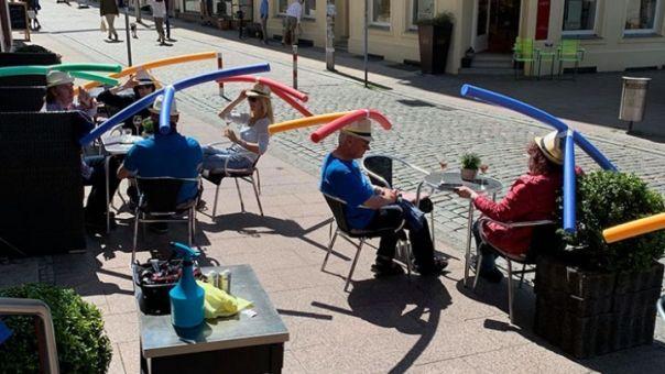 Κορωνοϊός - Γερμανία: Καφέ προσφέρει ειδικά «καπέλα» για την τήρηση της απόστασης