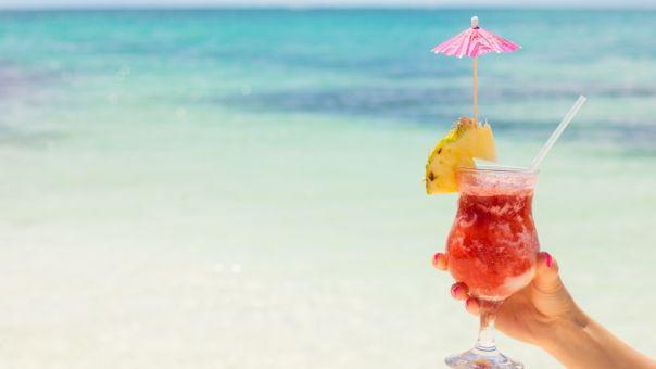 Γιατί απαγορεύθηκαν αλκοόλ και μουσική στις παραλίες: Η απάντηση Χαρδαλιά