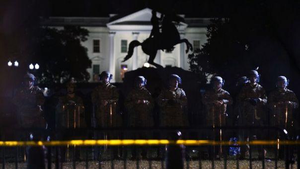 Εκατοντάδες διαδηλωτές συγκεντρώθηκαν έξω από τον Λευκό Οίκο παρά την απαγόρευση