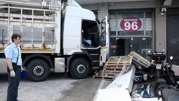 Φορτηγό εξετράπη της πορείας του στην Πειραιώς μπήκε σε μαγαζί (vid)