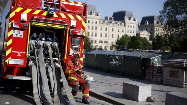 Γαλλία: Φωτιά ξέσπασε στον καθεδρικό ναό της Νάντης (pic+vid)