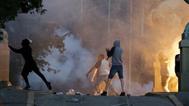 DW: Γιατί οι Σέρβοι βγαίνουν στους δρόμους;