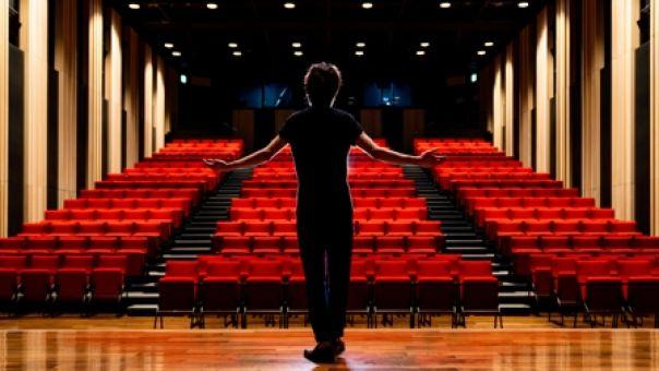 Σηκώνουν αυλαία οι θεατρικές σκηνές της Αθήνας- Ποιες παραστάσεις κάνουν πρεμιέρα τον Οκτώβριο