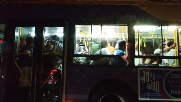 «Πάτα με να σε πατώ»: Απίστευτες εικόνες συνωστισμού σε λεωφορείο