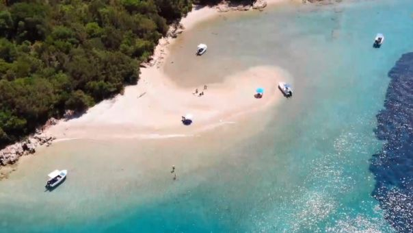 Μούρτος: Μια βουτιά στην πιο διάσημη πισίνα του Ιονίου (video)