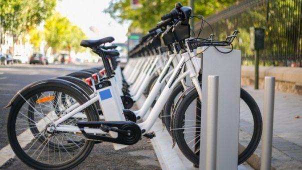 Ηλεκτρικά μοτοποδήλατα και ΚΟΚ: Τι ισχύει με διπλώματα, άδειες κυκλοφορίας, πινακίδες