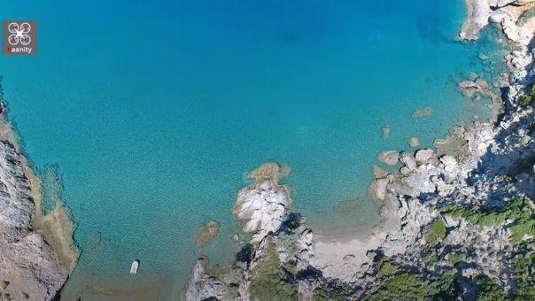 «Σούρζα Μπουτ»: Ο άγνωστος παράδεισος της Εύβοιας με τη φυσική σπηλιά, 2 ώρες από Αθήνα (vid)