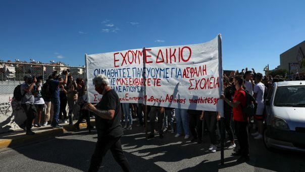 Ένταση και δακρυγόνα σε μαθητική πορεία έξω από το Υπουργείο Παιδείας (pic+vid)