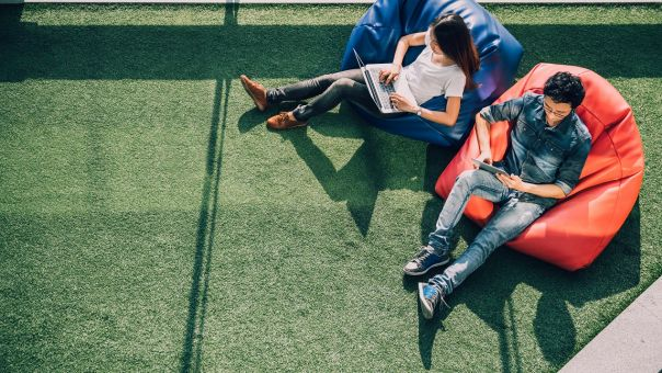 Workation: Τι είναι οι διακοπές εργασίας που προωθεί η Ιαπωνία