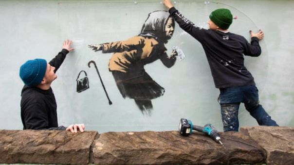 Banksy: Δικό του έργο η «συνταξιούχος που φτερνίζεται»