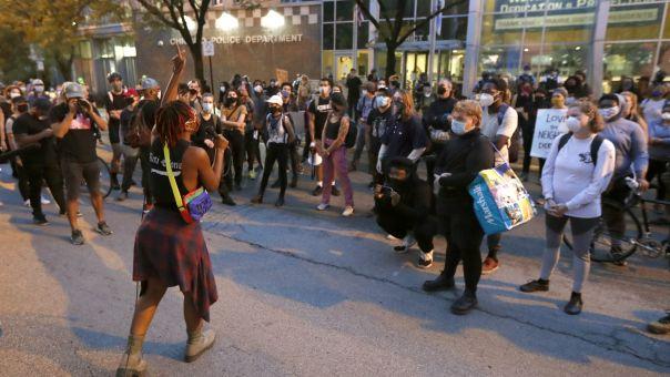 Σικάγο: Σιωπηρή πορεία εναντίον των όπλων για να γυρίσει η ματωμένη σελίδα του 2020