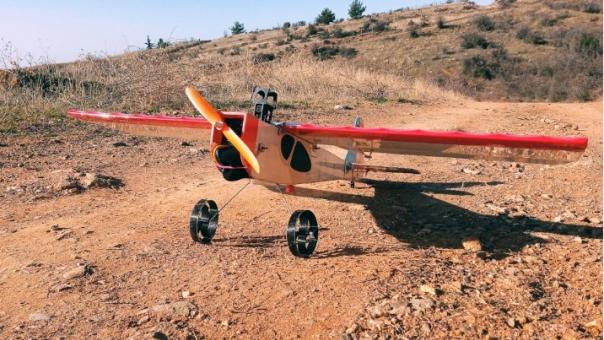 Θεσσαλονίκη: Μουσικός, εν μέσω καραντίνας, κατασκεύασε τηλεκατευθυνόμενο αεροσκάφος προσομοίωσης