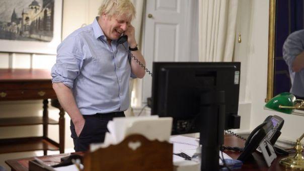 Βρετανία: O Τζόνσον... πόζαρε με σηκωμένα μανίκια για την 1η επικοινωνία με τον Μπάιντεν!