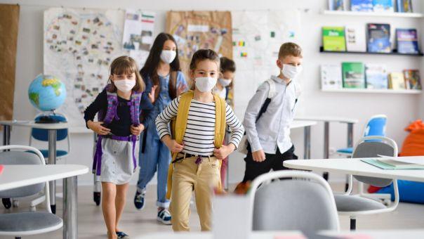 ΠΟΥ: 4 ερωτήσεις-απαντήσεις για τη λειτουργία των σχολείων εν μέσω πανδημίας- Να κλείνουν ή όχι;