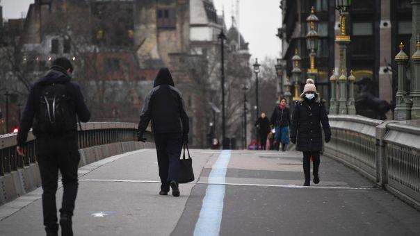 Διαβατήρια εμβολιασμού: «Προτεραιότητα» Λονδίνου- Απρόθυμοι για διακοπές εξωτερικού οι Βρετανοί