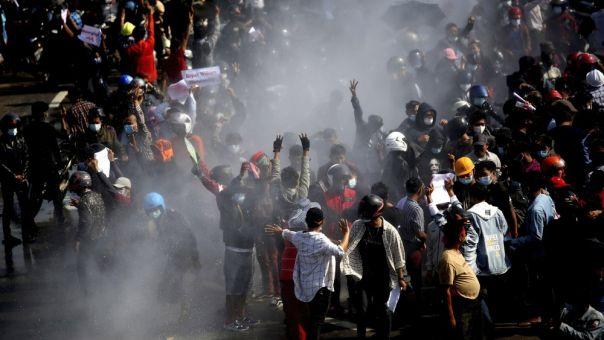 Μιανμάρ: Πυρά κατά διαδηλωτών -3 σοβαρά τραυματίες -Οι δημοσιογράφοι στο στόχαστρο