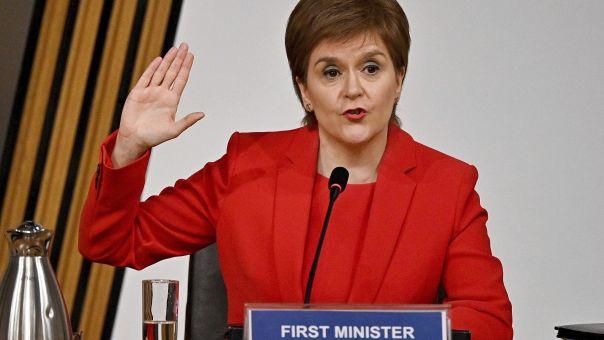 Σκωτία: Φωνές για παραίτηση της Πρωθυπουργού Στέρτζιον μετά από διαμάχη με τον προκάτοχό της