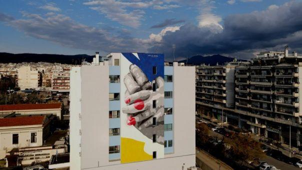 Θεσσαλονίκη: Μια νέα τοιχογραφία κοσμεί το μπλε κτίριο του Ιπποκρατείου (φωτο)