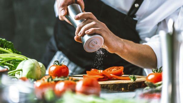 Θεσσαλονίκη: Σεφ έκανε μαθήματα κεραμικής για να κατασκευάζει και τα πιάτα στα οποία σερβίρει τις δημιουργίες του