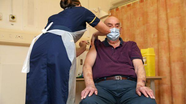 Δύο στους τρεις ενήλικες έχουν κάνει την πρώτη δόση του εμβολίου Covid στη Βρετανία