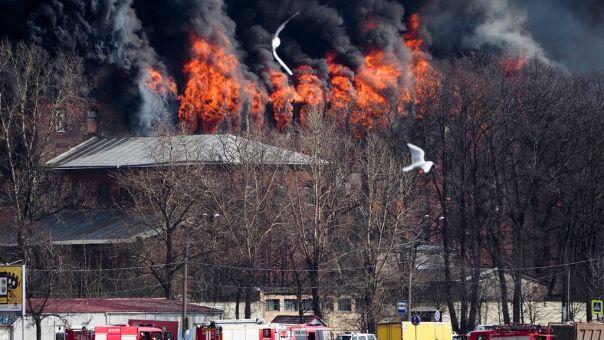 Ρωσία: Ένας πυροσβέστης νεκρός και 2 τραυματίες από πυρκαγιά στο ιστορικό εργοστάσιο της Αγίας Πετρούπολης