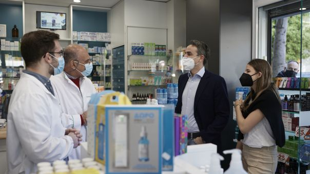 Μητσοτάκης: Σε φαρμακείο της Καλλιθέας μαζί με την κόρη του για την προμήθεια self test