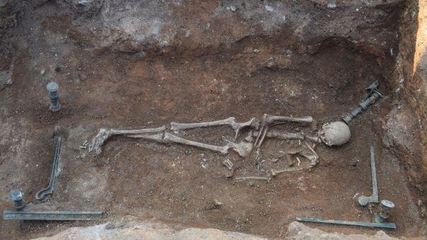 Μοναδική ανακάλυψη στην Κοζάνη: Πλούσια νεκρή με αινιγματική ταυτότητα και κλίνη 2.100 ετών