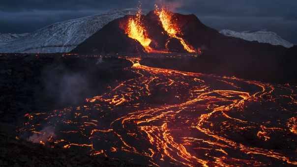 Ισλανδία: Πήγε να καταγράψει τη δραστηριότητα του ηφαιστείου και η λάβα «κατάπιε» το drone του (vid)