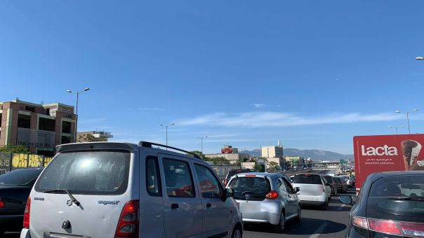 Η έξοδος των Αθηναίων: Περισσότερα από 38.000 οχήματα πέρασαν τα διόδια Ελευσίνας και Αφιδνών