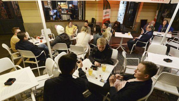 «Πρωτοχρονιά» στην Πολωνία: Τα μπαρ γιορτάζουν την επαναλειτουργία τους
