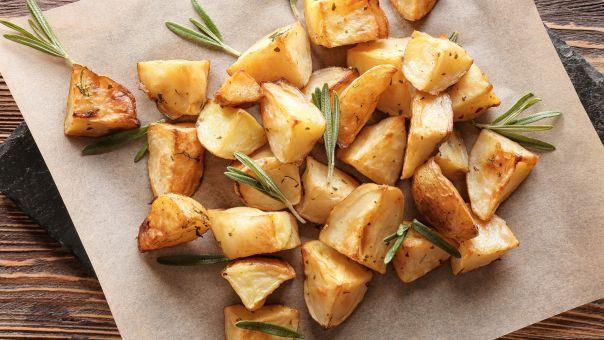 Πατάτες φούρνου με σουμάκ και σως από ταχίνι