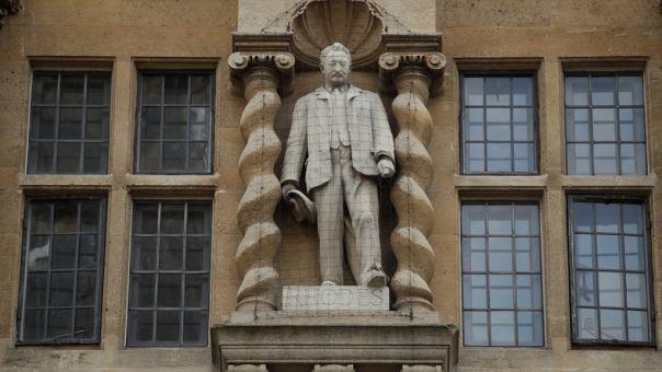 BLM στη Βρετανία: Απομάκρυνση αγάλματος, διαμάχη για το γονάτισμα και εταιρικές απολογίες